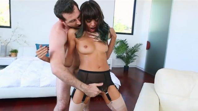 Сочная домохозяйка чпокается исключительно в зад, анал она одобряет!