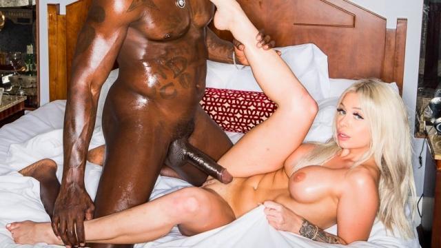 Рыженькая громко стонет во время секса с соседом