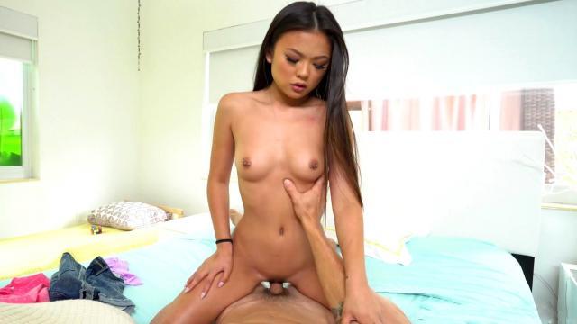 Сисястая блондинка трахается со своим привлекательным шефом в офисе