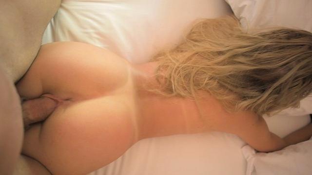 Кучерявый парень трахает грудастую мамку и её чернокожую подругу
