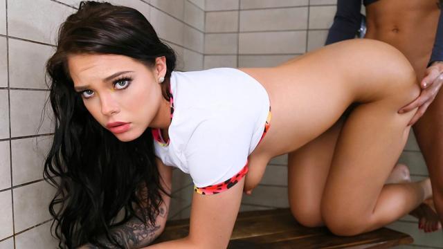Прямо на рабочем месте прекрасная шатенка раздвигает ножки перед изумленным коллегой