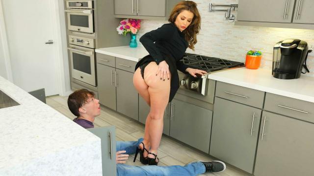 Русская блондиночка с большой жопой хорошо сосет и ебется